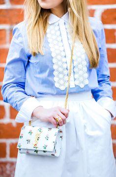 Saint Laurent цветочные цепи сумки, зара миди юбка, синий и белый юбка наряд, Зара юбка, белая юбка миди, банановая республика рубашка, Alaia сандалии, Alaia обувь, Диор настолько реальным, акцентов