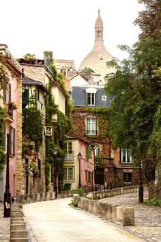 Wander the artistic streets of Montmartre Paris, and discover the legends of the most bohemian neighborhood in the city. Montmartre Paris, Restaurants In Paris, Paris Travel, France Travel, Paris France, The Places Youll Go, Places To See, Belle Villa, Paris Ville
