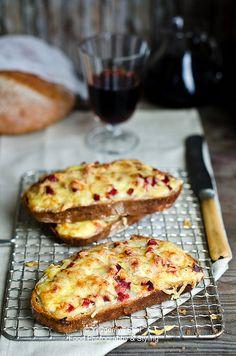 Viena no neskaitāmajām siera lieliskajām īpašībām - tas kūst :) Maizītes ar smalki sakapātu šķiņķi, kas pārklāts ar Krievijas sieru un gatavots krāsnī.