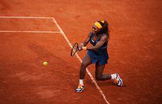 Serena Williams avance dans la balle. Le revers de l'Américaine a fait souffrir Caroline Garcia.