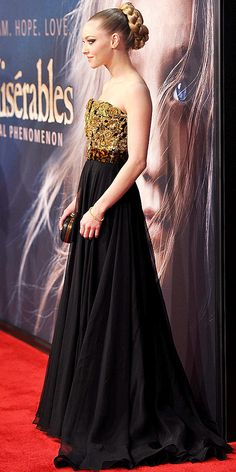 amanda seyfried at Les Mis in Alexander McQueen. Just noticed the tortoise belt - love this!