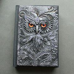 Ilyen kézműves könyvborítókat készít egy ékszerész mester | printscreen.hu