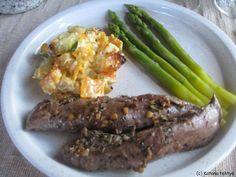 Pitkäperjantain lounaaksi söimme nautinnolla karitsan sisäfileitä, jotka marinoin rosmariinilla ja valkosipulilla. Paistoin lihat voissa ja ...