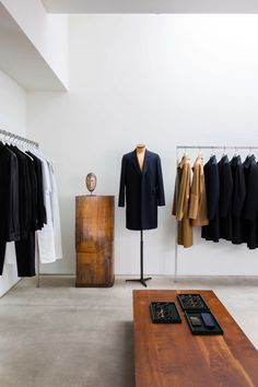 Discover The Row stores in New York and Los Angeles. Fashion Shop Interior, Interior Design Studio, Clothing Store Design, Shops, Hotel Interiors, Retail Space, Retail Design, Architecture, The Row