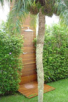 we could mimic this as an accent on the wall.just a narrow strip of cedar that continues down wall and across floor Garden Shower, Garden Pool, Tropical Garden, Garden Bridge, Garden Landscaping, Outdoor Pool Shower, Outdoor Baths, Outdoor Bathrooms, Outside Living