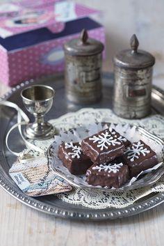 Ingredience: čokoláda na vaření 120 gramů, máslo 140 gramů (+ na vymazání plechu), cukr moučkový 140 gramů, vejce 4 kusy (velká), nové koření 1 špetka (mleté), mouka pšeničná polohrubá 120 gramů, zavařenina meruňková 150 gramů, kakao (holandského typu), čokoládová poleva tmavá 200 gramů, bílková poleva. Christmas Sweets, Christmas Baking, Christmas Cookies, Xmas, Czech Recipes, Good Mood, Food And Drink, Pudding, Candy