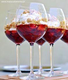Pucharki truskawkowe z porto i kruszonką