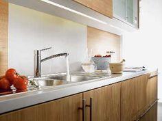 Puu tuo lämpöä ja luonnonläheisyyttä moderniin keittiöön. #etuovisisustus #keittiö #hansgrohe