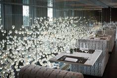 banquette avec lustre sur mesure en bulles de verre de Murano .