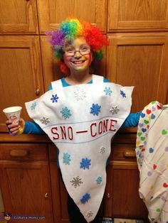 Kim: This is my daughter Chloe who loves to eat sno-cones! We made this costume 2 hours before trick or treat using white flannel fabric and red letters and snowflake stickers. Source by nipetersen Costume Garçon, Hallowen Costume, Halloween Costume Contest, Costume Works, Costume Ideas, Costume Makeup, Baby Halloween Costumes For Boys, Diy Halloween Costumes For Kids, Boy Costumes