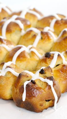 Homemade Hot Cross Buns These sweet buns are perfect for any occasion and infinitely tastier than the store-bought version! Cross Buns Recipe, Bun Recipe, Baking Recipes, Dessert Recipes, Recipes Dinner, Bread Recipes, Sweet Buns, Hot Cross Buns, Tasty