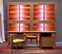 PRESIDENT, scrivania bi-facciale in legno di noce canaletto o ciliegio con cassetti e porte inseriti nei basamenti e piano a becco d'oca con inserti in pelle