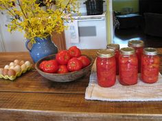 Step by step with pictures! How to can tomatoes @ Heritage Acres Homestead Homestead Farm, How To Can Tomatoes, I Love Food, Country Living, Good To Know, Preserves, Farming, Summer Fun, Homesteading