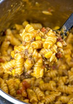 Instant Pot Taco Pasta Creamy, meaty and hearty this Instsnt Pot Taco Pasta is full of corn, tomatoes, beef, green chiles and cheese. Making this recipe a quick and easy weeknight favorite. - Instant Pot Taco Pasta {A Quick and Tasty Instant Pot Meal} Beef Recipes, Mexican Food Recipes, Cooking Recipes, Healthy Recipes, Cooking Tips, Recipies, Recipes With Ground Beef, Meatless Pasta Recipes, Frozen Chicken Recipes