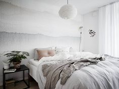 Such a lovely bedroom and the perfect lazy Sunday inspiration if you ask me. I'm in love with the aquarelle wallpaper and love the combination with the nude pink pillow and the plant in the terracotta pot. Home Bedroom, Bedroom Decor, Bedroom Signs, Bedroom Rustic, Master Bedrooms, Bedroom Apartment, Bedroom Furniture, Bedroom Ideas, Ombre Wallpapers