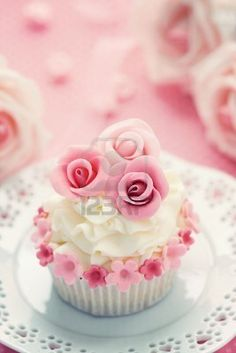 Cupcake - cream and pink roses topping