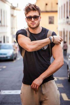 Estilo para homens fortes: as mangas da Camiseta não precisam ser APERTADÍSSIMAS para mostrar seus músculos. Você pode optar por algo um pouquinho mais solto e dobrar a Manga, por exemplo, o visual fica muito bacana!