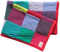 Upcycled old t-shirts patchwork blanket. By Handwerkjuffie.