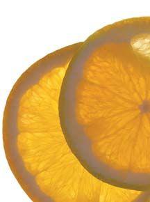 Salada de queijo, laranja e alface romana • 2 col. (sopa) de vinagre de maçã  • 2 col. (sopa) de óleo de linhaça  • 2 col. (sopa) de salsa fresca picada  • 1 col. (chá) de alho amassado  • 1 col. (sopa) de mostarda tipo dijon  • ½ col. (sopa) de sal  • ½ col. (sopa) de pimenta  • 2 laranjas-pêra sem pele, sem caroços e separadas em gomos  • 1 cebola roxa pequena, em fatias finas  • 1 pé de alface romana, lavada e picada grosseiramente  • 1 pires (chá) de mussarela de búfala esmigalhada