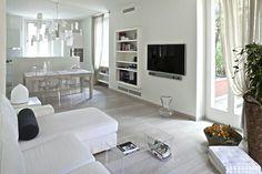 Living e sala da pranzo di Anita Bianchetti - architetto- adoro le sedie trasparenti...