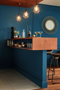 A large kitchen bar - Separated from the living room by an ingenious dining bar that can be a counter as well as a real w - Modern Home Bar, Modern Decor, Shabby Chic Kitchen, Kitchen Decor, Bar Kitchen, Home Bar Decor, Small Kitchen Organization, Kitchen Hardware, Bar Lounge