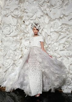 See more about paper flower backdrop, chanel couture and paper flower wall. Chanel Couture, Dress Couture, Couture Fashion, Chanel Runway, Chanel Fashion, Couture Bridal, Bridal Gown, Moda Origami, Moda 3d