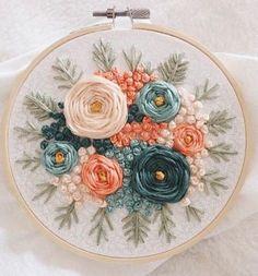 new brazilian embroidery patterns Brazilian Embroidery Stitches, Floral Embroidery Patterns, Hand Embroidery Flowers, Hand Embroidery Stitches, Learn Embroidery, Embroidery Hoop Art, Hand Embroidery Designs, Embroidery Techniques, Ribbon Embroidery
