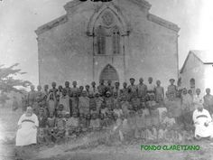 Iglesia y a su izquierda la escuela en la isla de Annobon. Se inició en 1903. PP. Isidoro Abad y Julián Lázaro