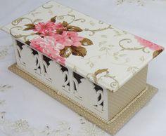 Porta chá e MDF pintado a mão com tinta PVA. Peça revestida com tecido 100% algodão. Apliques em massa para modelar.