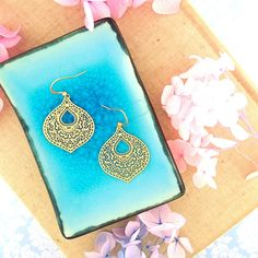 LAVISHY designs & wholesale original & beautiful applique bags, wallets, pouches & accessories for gift shop/boutique buyers in USA, Canada & worldwide. Canadian Gifts, Filigree Earrings, Makeup Pouch, Boutique Shop, Gift Store, Plating, Coin Purse, Fashion Accessories, Purses