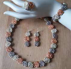 Drahtschmuck aus Aluminiumdraht. Die Rosenkette war so beliebt auf der Creativa in Dortmund, das jemand sie unbedinkt haben sollte und Sie einfach mitgenommen hat. Sie war in zwei Farben Chocolade/Platin.  Wenn sie irgendwo veröffentlicht wird, erkenne ich sie von Tausenden!!