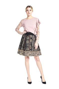 Hiver romantique avec une jupe évasée grise et un top à dentelles rose poudré Save the Queen - Collection automne / hiver 2017-2018. A retrouver dans notre boutique New Capucine à Vesoul.