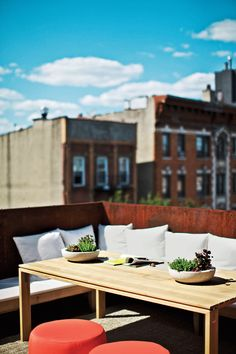 The couple worked with landscape firm Staghorn Design Studio for the plantings on their rooftop terrace, where an Elan dining table from Design Within Reach. Tiny New York City Backyards by Allie Weiss from A Brooklyn Couple Rehabilitate a Duplex. Outdoor Retreat, Outdoor Seating, Outdoor Sofa, Outdoor Spaces, Outdoor Living, Outdoor Decor, Pergola With Roof, Patio Roof, Pergola Plans