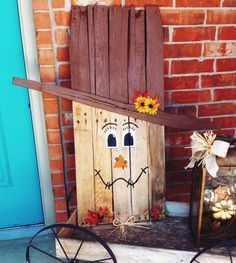 Scarecrow decor. Made from a pallet and paint. Simple to do. Wood craft