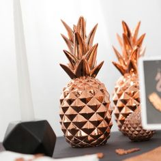 L'ananas reste le fruit star de la saison, le cuivre, lui, sera la couleur star de cet automne-hiver 2015 !   Si vous cherchez à vous différenciez dans votre style de déco, que ce soit pour une fête d'anniversaire ou pour votre intérieur, au style tropical & original ... vous êtes bien tombé ! Cet ananas déco est à la fois original, chic et glamour ... ON AIME, ON CRA-QUE !