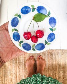 Vad är frukost vid poolkanten i Portugal mot ett soldränkt kök i Sverige? (Och ja mamma jag åt mer än körsbär)   #cherry #prunus #stiglindeberg #vintage #loppisfynd #kök #kitchen #trägolv #vintageskirt #summertoes