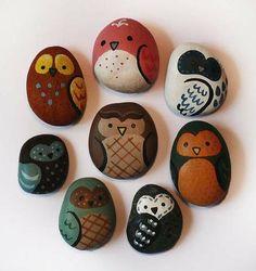 piedras pintadas como buhitos
