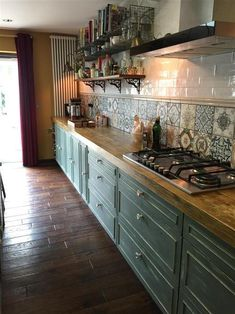 An inspirational image from Farrow and Ball. Kitchen units Green Smoke 47 We a Home Decor Kitchen, Rustic Kitchen, Interior Design Kitchen, Home Kitchens, Mexican Kitchen Decor, Country Kitchen Designs, Green Kitchen, New Kitchen, Farrow And Ball Kitchen