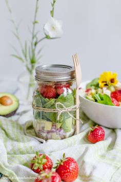 Lunch to go: Avocado-Spinat-Salat im Glas mit Erdbeeren, Fetakäse und Honig-Dressing | Alles und Anderes Snack To Go, Food To Go, Lunch To Go, Good Food, Lunch Box, Avocado, Vintage Cutlery, Healthy Life, Meal Prep