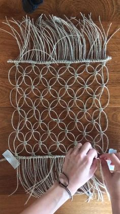 Macrame Design, Macrame Art, Macrame Projects, Macrame Knots, Macrame Wall Hanging Patterns, Macrame Plant Hangers, Macrame Patterns, Diy Crafts For Home Decor, Diy Crafts Hacks