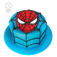 Cake design. Gâteau personnalisé en pâte à sucre sur le thème SPiderman. Sugar paste Spiderman themed cake by Les Délices de Marion.