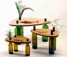 Tavolini e scaffali di legno e bottiglie