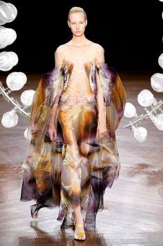 Iris van Herpen Fall 2019 Couture Fashion Show Collection: See the complete Iris van Herpen Fall 2019 Couture collection. Look 14 Couture Mode, Couture Fashion, Fashion Art, Runway Fashion, Fashion News, Fashion Brands, High Fashion, Fashion Design, Space Fashion