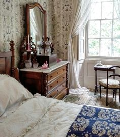 antique bedroom - All About Decoration Cottage Interiors, Bedroom Vintage, Antique Bedrooms, Victorian Bedroom Decor, Vintage Inspired Bedroom, Beautiful Bedrooms, Bedroom Romantic, Home Bedroom, Bedroom Ideas