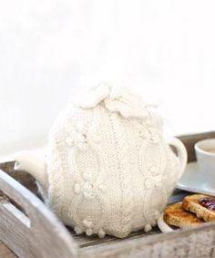 Tea Cozy - free pattern romantisch wit ajour
