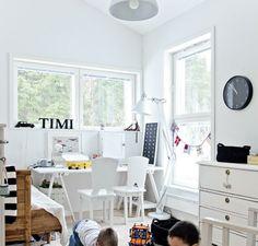Sivustavedettävä vuodesohva on perintökalleus. Lankkulattia käsiteltiin vaaleaksi Osmo Colorilla. Kattovalaisin on Bauhausista.   Tilaa temmeltää   Koti ja keittiö Koti, Work Spaces, Bauhaus, Storage Spaces, Office Desk, Kids Room, Interiors, Furniture, Home Decor