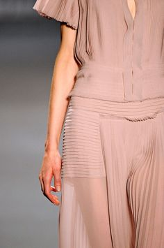 Vera Wang Autumn/Winter 2011-12 (image credit via theessentialmanguide)