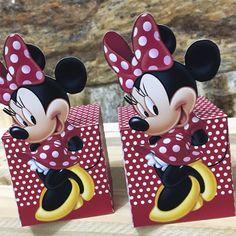 Kit Scrap Festa personalizada Minnie confeccionado em papel fotográfico fosco 230grs TEMPO MÍNIMO PARA PRODUÇÃO 45 DIAS Cada kit contém: - 1 caixinha bala 14x6cm - 1 caixinha cubo recorte Minnie 5,5x5,5cm - 1 tubete 13cm com apliques - 1 caixinha penteadeira 5x5cm Obs. todas as caixinha... Mickey And Minnie Cake, Red Minnie Mouse, Mickey Party, Mouse Parties, Party Bags, 2nd Birthday Parties, Diy Party, Diy Crafts, Mickey Mouse Birthday