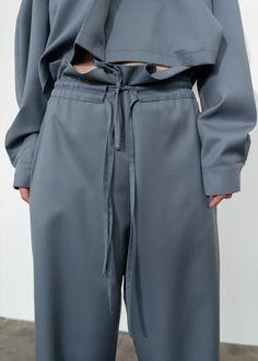 Fashion Walk, Kimono Fashion, Fashion Pants, Fashion Outfits, Trousers Women Outfit, Apron Dress, Easy Wear, Crop Shirt, Fashion Details