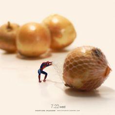 """Der Designer und Miniature Photographer Tatsuya Tanaka aus Japan ist schon im Jahre 2011 mit seinem """"Miniature Calendar"""" gestartet. Seitdem kommt täglich ein neues Foto zum Online-Kalender hinzu. Mit seinen kleinen Szenerien lädt er uns ein, die Welt mal m"""